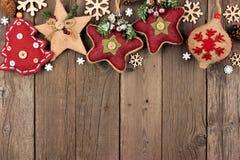 在木头的土气圣诞节装饰品上面边界 免版税图库摄影