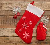 在木头的圣诞节袜子 免版税库存图片