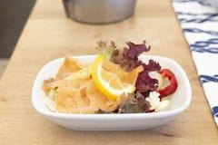 在木头的地中海熏制鲑鱼鱼mezze 免版税库存图片