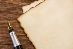 在木头的墨水笔和羊皮纸 图库摄影