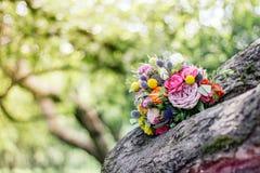 在木头的婚礼花束 免版税库存照片