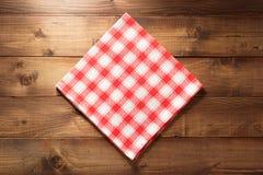 在木头的布料餐巾 免版税库存图片