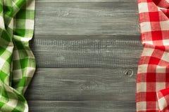 在木头的布料餐巾 免版税图库摄影