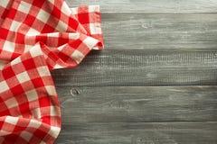 在木头的布料餐巾 图库摄影