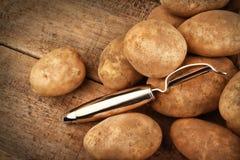 在木头的收获土豆 免版税库存图片