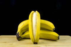 在木头的新鲜的有机香蕉 免版税库存图片