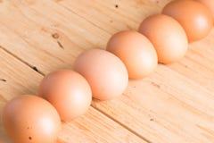 在木头的有机鸡蛋 新鲜的鸡蛋 库存照片