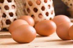 在木头的有机鸡蛋 新鲜的鸡蛋 免版税库存照片