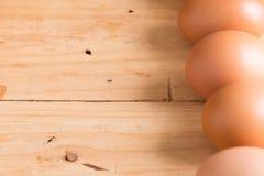 在木头的有机鸡蛋 新鲜的鸡蛋 免版税图库摄影