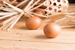 在木头的有机鸡蛋 新鲜的鸡蛋 图库摄影