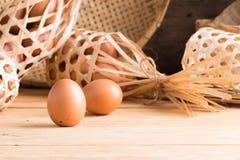 在木头的有机鸡蛋 新鲜的鸡蛋 库存图片