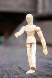 在木头的木人立场 免版税库存图片