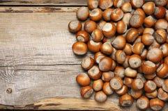 在木头的榛子堆 免版税库存图片