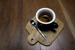 在木头的浓咖啡 库存图片