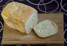 在木头的白色家制面包在黑白 免版税库存图片