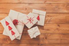 在木头的礼物盒,在工艺纸的圣诞节礼物 免版税库存照片