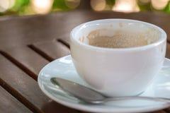 在木头的空的咖啡杯 库存图片