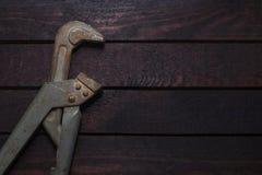 在木头的管扳手 免版税库存照片