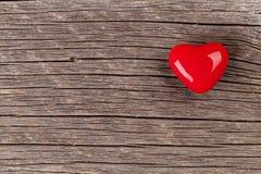 在木头的糖果心脏 免版税库存图片