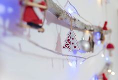 在木头的红色圣诞节装饰 库存图片