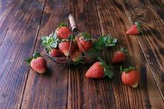 在木头的红色草莓 库存照片