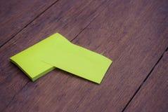 在木头的绿色空白的名片大模型模板 免版税库存照片