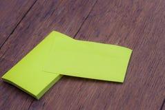 在木头的绿色空白的名片大模型模板 库存照片