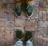 在木头的绿色鞋子 免版税库存照片