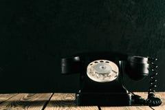 在木头的老电话 免版税库存照片