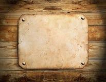 在木头的老纸张 库存照片