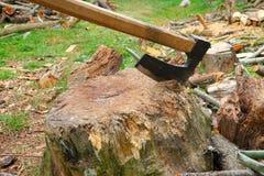 在木头的老轴 免版税库存图片