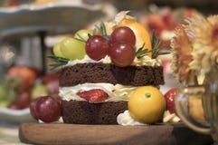 在木头的草莓奶油色巧克力健康蛋糕 库存照片
