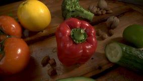 在木头的菜 生物健康食品、草本和香料 在木头的有机蔬菜 影视素材