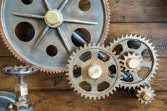 在木头的葡萄酒机械齿轮 免版税库存图片