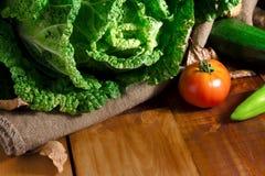 在木头的蔬菜 生物健康食物,圆白菜,蕃茄 在木头的有机菜 免版税库存照片