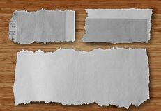 在木头的被撕毁的纸 免版税库存图片