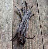 在木头的香草棍子 免版税库存图片