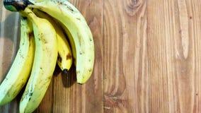 在木头的香蕉 免版税库存图片