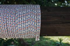 在木头附近的绳索 免版税库存照片