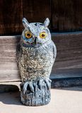 在木头雕刻的一头逗人喜爱的猫头鹰 免版税图库摄影