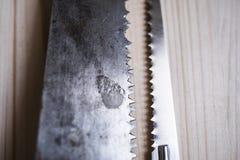 在木委员会桌上的两把锯 库存图片