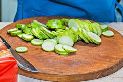 在木委员会的切的夏南瓜 烹调的概念 免版税库存图片