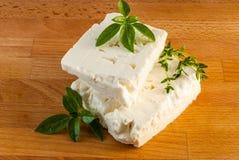 在木委员会的希腊白软干酪 免版税库存图片