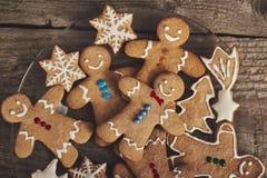 在木委员会的微笑的姜饼圣诞节人 tex的空间 库存图片
