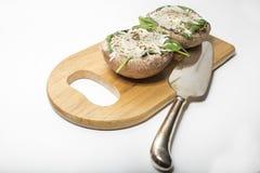在木委员会的未煮过的被充塞的portabello蘑菇 库存图片
