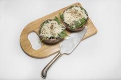 在木委员会的未煮过的被充塞的portabello蘑菇 免版税库存照片