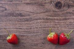 在木委员会的红色草莓 库存照片