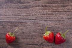 在木委员会的红色草莓 免版税库存照片