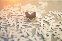 在木字母表背景的金黄心脏  库存图片