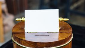 在木存钱罐的白皮书有光和拷贝空间的 铸造概念保证金堆保护的节省额 库存图片